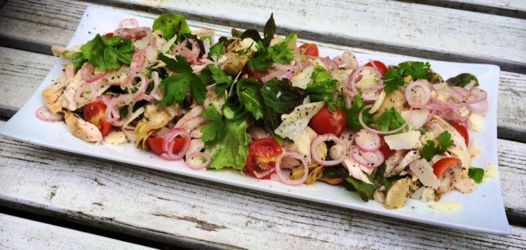 Salat med grillet Kylling, Artiskokker, lynsyltede Løg og Løvstikke Mayo