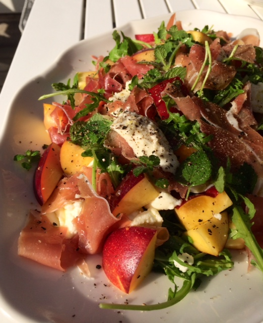 Mozzarella og Nektarin Salat